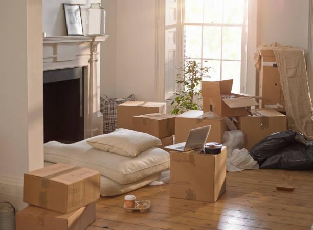 Salon rempli de cartons de déménagement